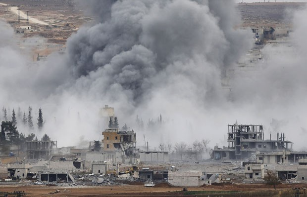 Explosão é vista na cidade síria de Kobane nesta segunda-feira (17) (Foto: Osman Orsal/Reuters)