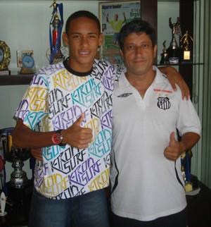 Reginaldo Fino ex-treinador de Neymar ao lado do atleta (Foto: Arquivo Pessoal)