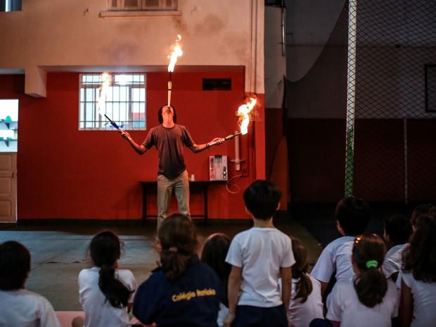 O artista e professor Pedro Levy faz demonstração com malabares de fogo para os alunos do colégio (Foto: Raul Zito/G1)
