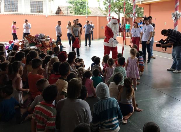 Muitas crianças receberam os presentes da 'Árvore do Bem' (Foto: RBS TV/Divulgação)
