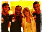 Carolina Dieckmann posa com jogadores do Flamengo