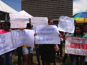 Terceirizados e servidores do GDF protestam por salários atrasados na frente do Buriti (Foto: Natalia Godoy/G1)