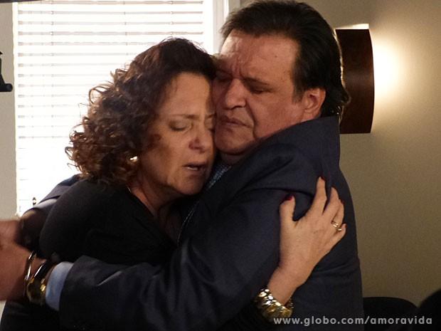 Atílio é condenado e Márcia sofre (Foto: Amor à Vida/TV Globo)
