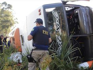 No coletivo estavam 29 pessoas, duas delas não ficaram feridas (Foto: Marcelo Pinto/Jornal A Plateia)