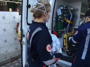 Recém nascido achado dentro de mochila em João Pessoa foi levado para o hospital pela equipe do Samu (Foto: Walter Paparazzo/G1)