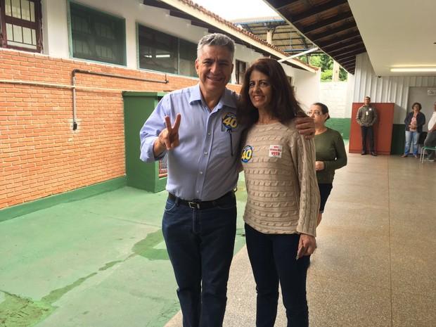 Dr. Valter Suman (PSB) ao lado da esposa após a votação  (Foto: Marcela Pierotti/G1)