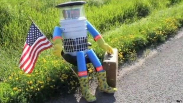 Robô percorreu Europa, Canadá e EUA de carona. (Foto: BBC)