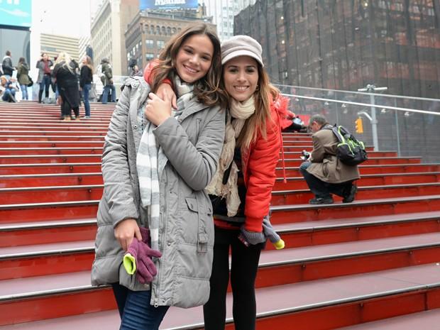 Atrizes posam para as lentes do fotógrafo em plena Times Square (Foto: Globo/Zé Paulo Cardeal)