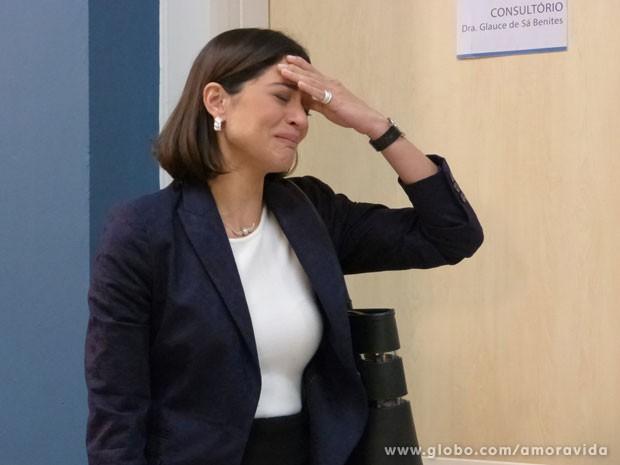Silvia fica muito mal ao saber resultado da biópsia (Foto: Amor à Vida/TV Globo)
