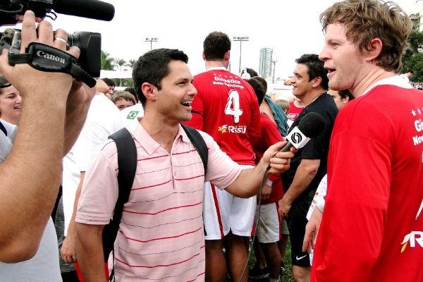 Matheus Pereira entrevista jogadores do punhobol (Foto: Leonardo Savaris/Divulgação)
