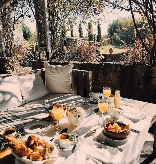 Na pequena Carmelo, devotada às videiras, a vinícola Narbona congrega hotel e restaurante. Visual do café da manhã em clima rural-chique (Foto: Divulgação)