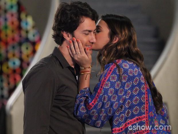 Superagradecida, Luiza dá um beijo de agradecimento que deixa Laerte encantado (Foto: Carol Caminha/TV Globo)