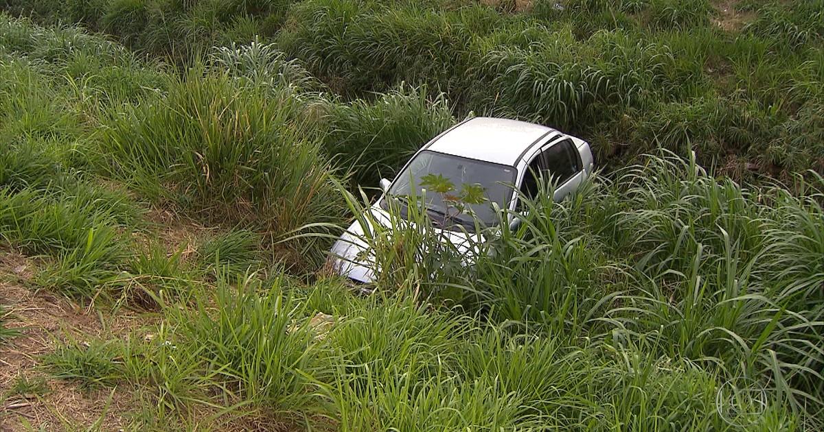 G1 - Carro cai em barranco em Betim - notícias em Minas Gerais - Globo.com