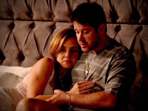 Tufão tenta ararncar da mulher como Max e Lucinda se conhecem (Foto: Avenida Brasil/TV Globo)