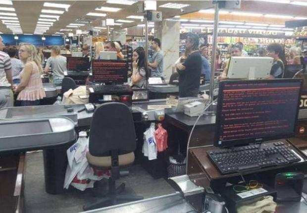 Consumidores fazem fila em supermercado de Kharkiv, na Ucrânia, após ataque de hackers (Foto: Mikhail Golub via Reuters)