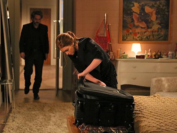 Isis arruma as malas para ir embora (Foto: TV Globo)