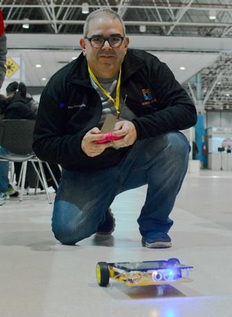 Juliano Bastianello e um de seus robôs (Foto: Giordano Tronco) (Foto: Juliano Bastianello e um de seus robôs (Foto: Giordano Tronco))
