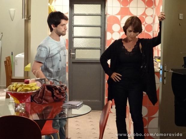 Joana manda o ex embora (Foto: Amor à Vida/ TV Globo)
