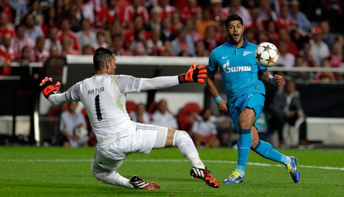 Benfica x Zenit - Hulk chuta e marca gol contra o Benfica (Foto: AP)