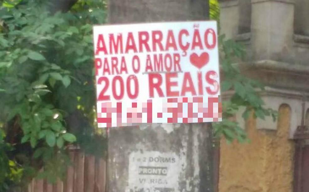 Cartazes foram flagrados fixados em postes em dois bairros de Santos, SP (Foto: Sérgio Furtado/Arquivo Pessoal)