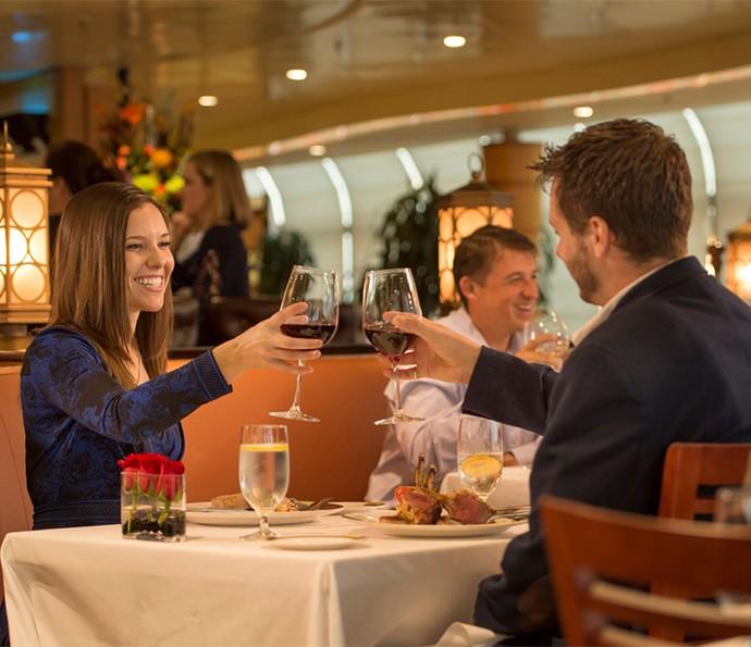 Os adultos também podem desfrutar de áreas exclusivas, como o restaurante italiano Palo (Foto: Disney Cruise Line)