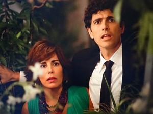Charlô tem certeza que vai flagrar Vânia e Felipe mas ao chegar na estufa dá de cara com Nando e Roberta (Foto: Guerra dos Sexos/ TV Globo)