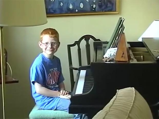 Mini Ed Sheraan já no piano (Foto: Reprodução)