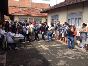 No posto de Conselheiro Paulino, moradores também aguardavam na fila para tomar vacina (Foto: Fernando Moraes / Inter TV)