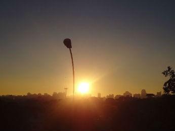 Sol brilhou logo nas primeiras horas desta quarta-feira em Curitiba (Foto: Adriana Justi / G1)