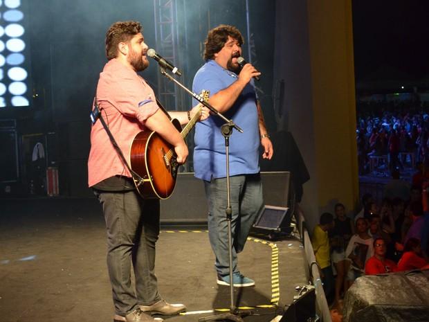 César Menotti e Fabiano conseguem um coro de milhares de vozes ao cantar sucessos (Foto: Marina Fontenele/G1)