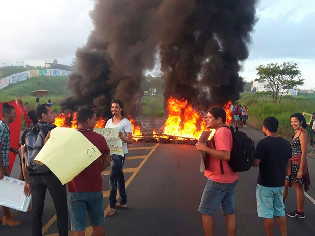 Estudantes protestaram contra PEC 241 e governo Temer (Foto: Fábio Santos/ Voz  da Bahia)