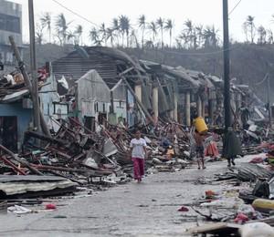Residentes buscam abrigos em Tacloban, cidade das Filipinas que sofreu com tufão Haiyan (Foto: /Aaron Favila/AP)
