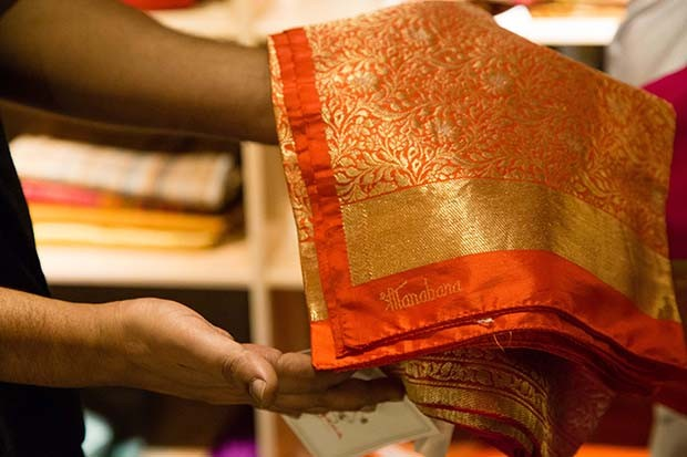 Linen red and gold saris woven with precious metal threads in Mumbai Ensemble store   (Foto: Rohan Hande )