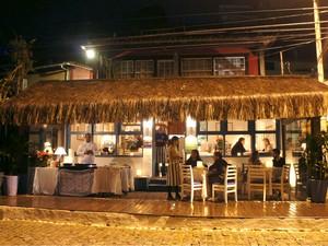 A fachada do restaurante, com a cozinha improvisada (Foto: Flavio Flarys / G1)