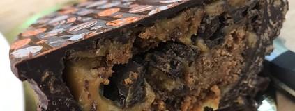 Ovo de Pão de Mel com Doce de Leite e Crocante de Bolacha Negra