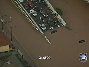 Carros presos sobre viaduto em Osasco, na Grande SP (Foto: Reprodução/TV Globo)