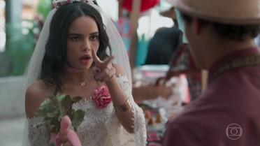 K2 aparece vestida de noiva e leva fora de Tato