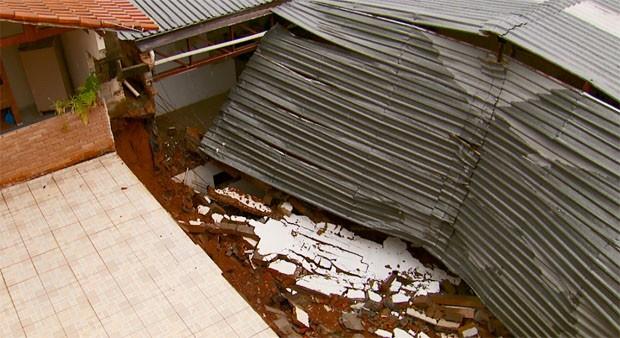Parte de barracão desabou e comprometeu casas com chuva em Varginha (Foto: Reprodução EPTV / Devanir Gino)