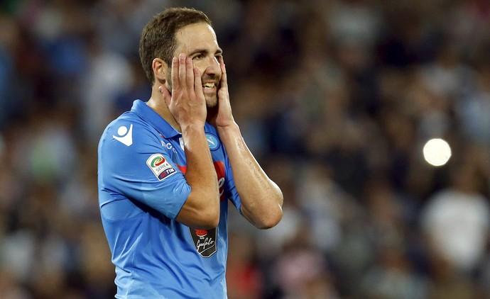 Higuaín pênalti perdido Napoli Lazio (Foto: Reuters)