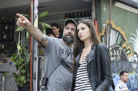 Mauro Mendoça Filho dirige Camila Queiroz em Verdades Secretas (Foto: Zé Paulo Cardeal/TV Globo)