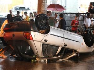 Chuva arrasta carro na Vila Prudente após forte chuva que atingiu São Paulo neste sábado (Foto: Luiz Guarnieri/Brazil Photo Press/Estadão Conteúdo)