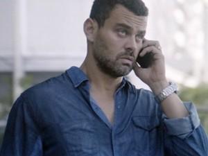 Maurílio se irrita ao telefone (Foto: TV Globo)