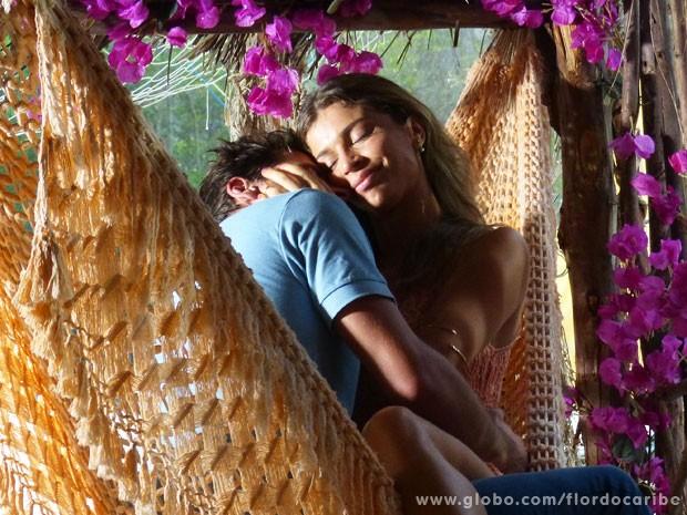 Casal aproveitou para matar as saudades enquanto Alberto viajava (Foto: Flor do Caribe / TV Globo)