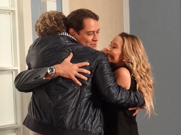 Niko, Eron e Aamrilys comemoram o pontapé inicial da inseminação artificial (Foto: Amor à Vida/TV Globo)