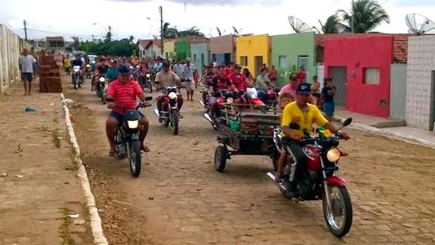 Muita gente acompanhou o cortejo fúnebre da cadela Piabinha, enterrada nesta Quarta-feira de Cinzas (Foto: George Araújo)