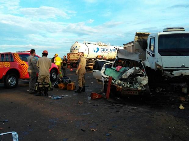 Carro ficou destruído após colisão com caminhão (Foto: Osvaldo Nóbrega/ TV Morena)