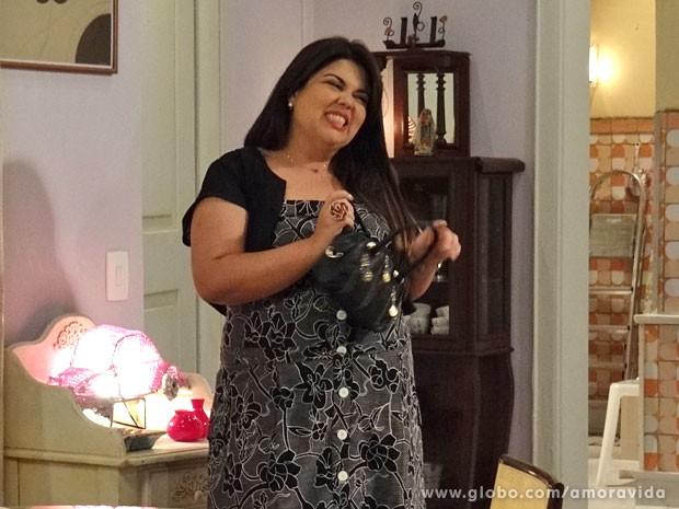 Perséfone tenta ser simpática (Foto: Amor à Vida/ TV Globo)