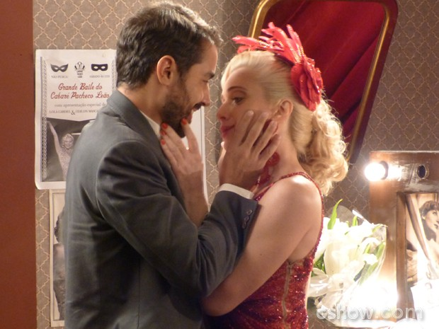 Lola e Fabrício se rendem à paixão e se beijam (Foto: Joia Rara/TV Globo)