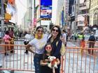 Flávia Alessandra posa com as filhas durante férias em Nova York