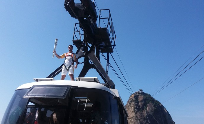 Diego Scofano, funcionário da empresa que cuida do bonhinho, a leva no teto (Foto: Carlos Alberto Guimarães)